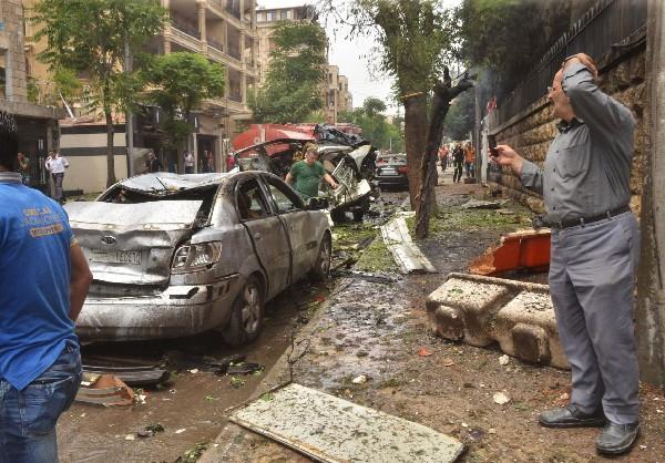 Sirios a ver el daño después de los bomabardeos el hospital de Alepo. (AFP).