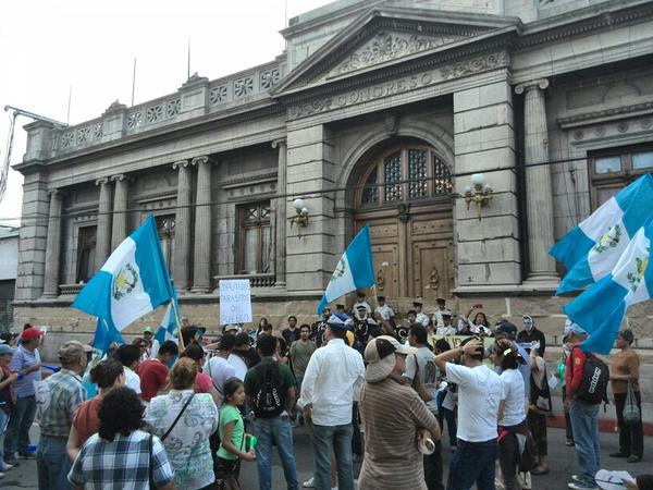 Personas están reunidas en el Congreso como parte de las protestas que se realizan los sábados. (Foto Prensa Libre: Rosa Bolaños)