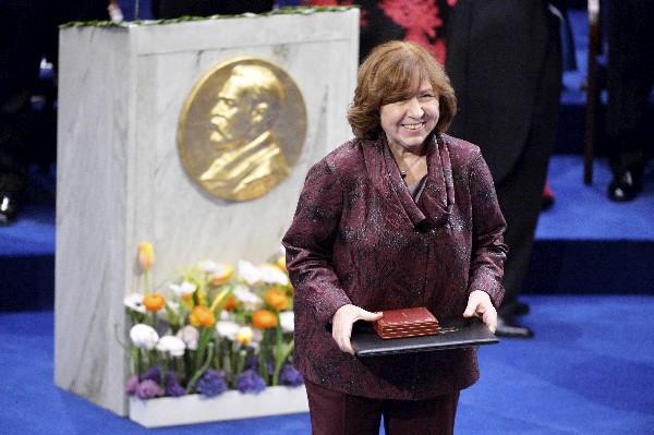 Svetlana Alexievich en el momento de la entrega del Premio Nobel de Literatura. (Foto Prensa Libre: AP)