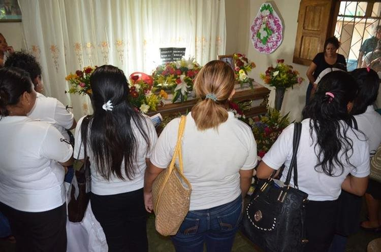 Vecinos y maestros asisten al velatorio
