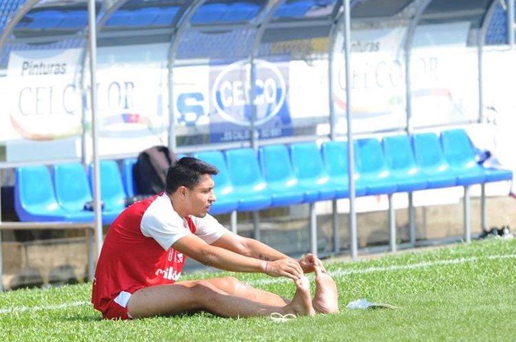 Domingo Zalazar es conocido por su fortaleza física y buena estatura para el juego aéreo. (Foto Prensa Libre: Hemeroteca)
