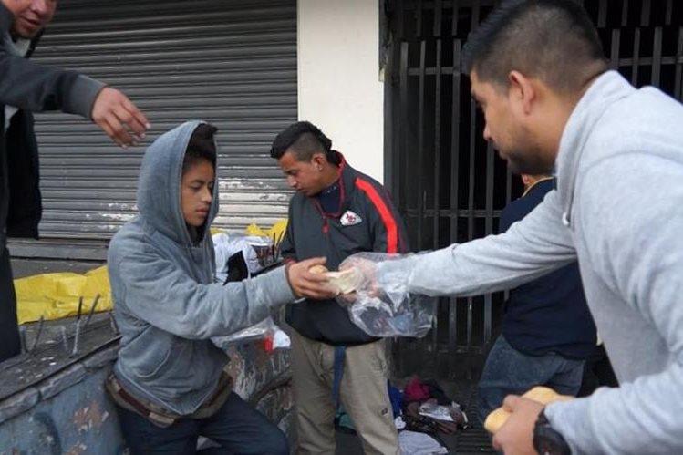 Varios voluntarios decidieron llevar alimento y abrigo a indigentes de la zona 1. (Foto Prensa Libre: Juan Carlos Rivera)