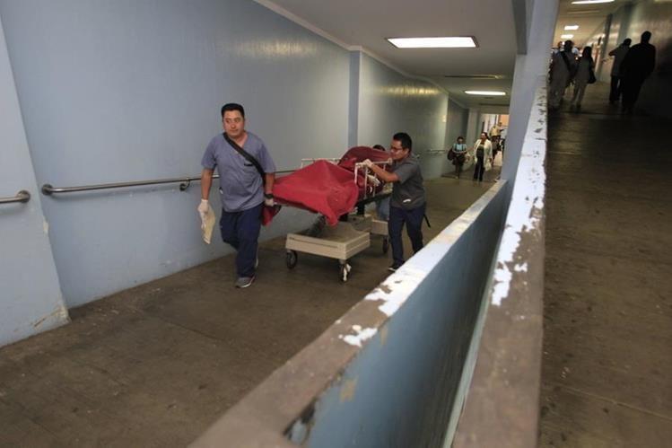 Pacientes deben utilizar las rampas del Hospital General San Juan de Dios para ser atendidos. (Foto Prensa Libre: Carlos Hernández)