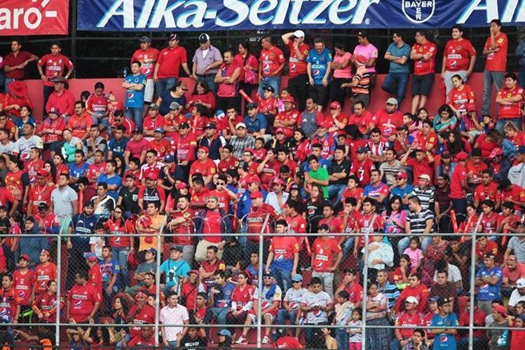 Los seguidores escarlatas apoyaron a su equipo en el debut del Apertura 2017. (Foto Prensa Libre: Norvin Mendoza)