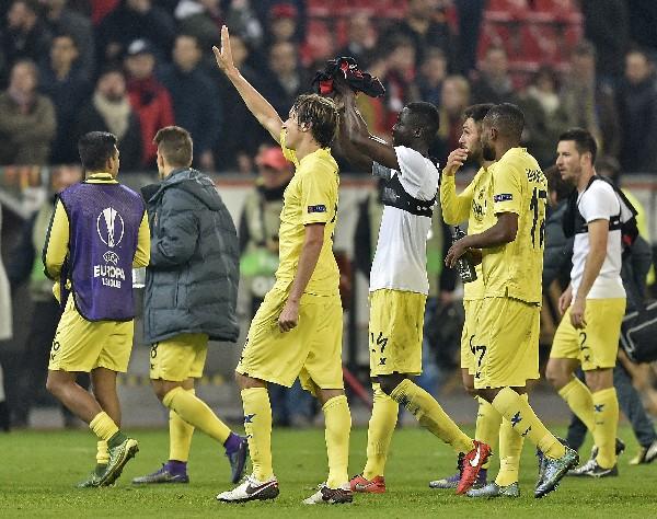 Los jugadores del Villarreal festejaron el pase. (Foto Prensa Libre: AP)