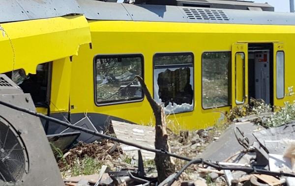 Uno de los vagones resultó dañado tras el choque frontal entre dos trenes.(EFE).