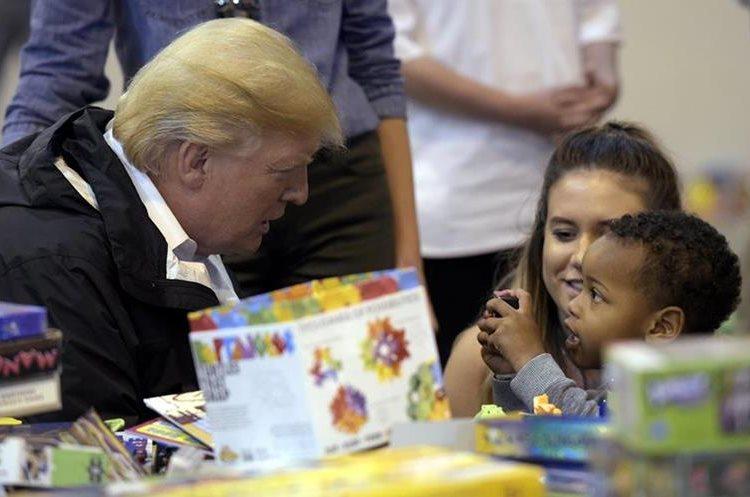 Presidente Trump conversa con un niño afectado por el paso de Tormenta Harvey en Houston, Texas.