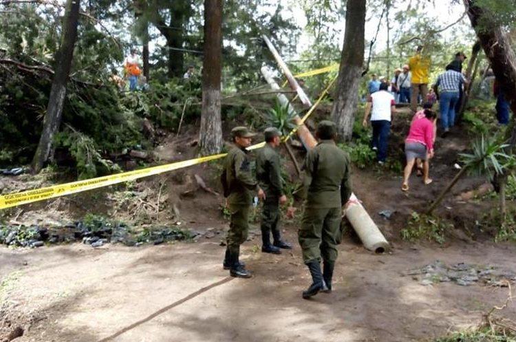 Cientos de pobladores se ven afectados por el cierre del paso por la ruta que de Xela conduce a Huehue. (Foto Prensa Libre: Mike Castillo)