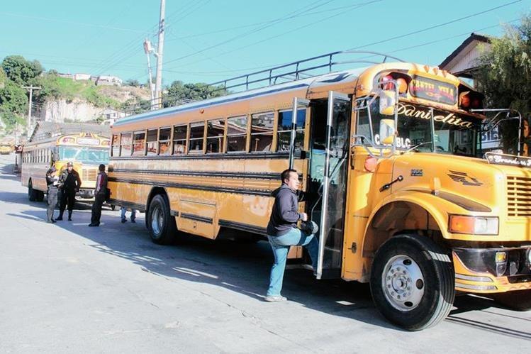 En el  extremo de autobuses que cubren la ruta de Cantel a la cabecera de Quetzaltenango, hay agentes de la PNC. (Foto Prensa Libre: Carlos Ventura)