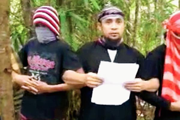En un video publicado en YouTube, Abu Sayyaf, juramenta su lealtad al Estado Islámico.