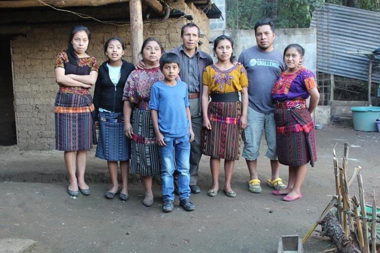 Seis de los 13 hijos de la familia Cúmez Algua, junto a sus padres, quienes residen en Chichicastenango, Quiché. (Foto Prensa Libre: Ángel Julajuj)