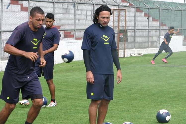 Oscar Isaula y Agustín Herrera durante uno de los entrenamientos de esta semana de Antigua. (Foto Prensa Libre: Carlos Vicente)
