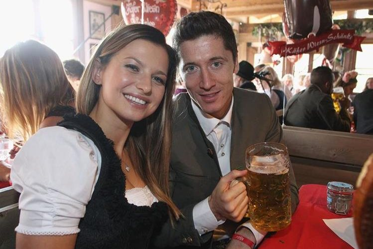 Robert Lewandowski y su esposa Annaposan en la 182º edición del Oktoberfest además de festejar la exhibición goleadora de Lewy. (Foto Prensa Libre: EFE)
