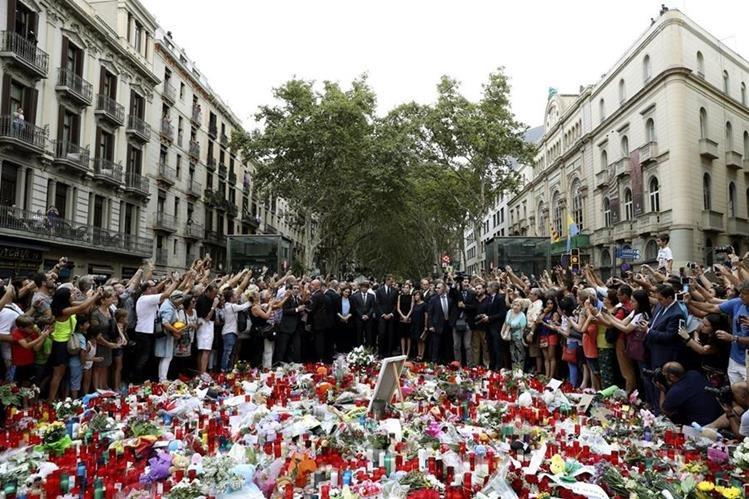 Los Reyes en La Rambla de Barcelona donde han rendido homenaje a las víctimas de los atentados. (Foto Prensa Libre: EFE)