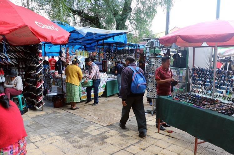 Vendedores informales han convertido en mercado el parque Benito Juárez, en la zona 3 de Xela, por lo que vecinos exigen acciones de la comuna para recuperarlo. (Foto Prensa Libre: Carlos Ventura)
