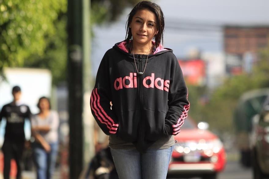 Zoe Mogollon cree que en el país la oportunidad de empleo es nula y que ella es un ejemplo de esta situación. (Foto Prensa Libre: Carlos Hernández)