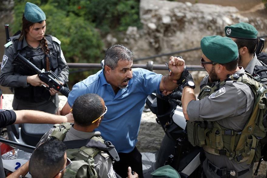 La Policía de Israel y un palestino discuten cerca de la Explanada de la Mezquina en Jerusalén. (Foto Prensa Libre: AFP).