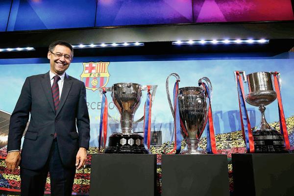 Josep María Bartomeu, posa con los trofeos de la Liga, Liga de Campeones y Copa del Rey (Foto Prensa Libre: EFE)