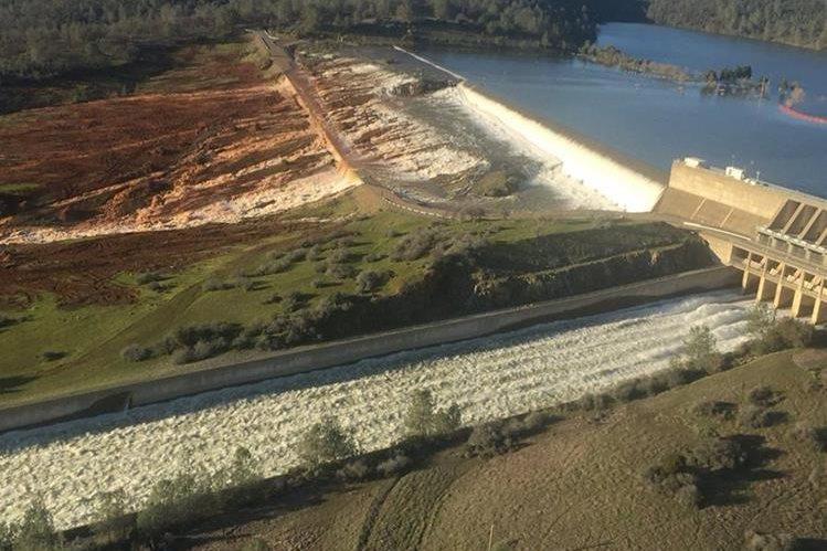Vista aérea de la represa Oroville dañado por la erosión en California, EE.UU. (Foto Prensa Libre:EFE).
