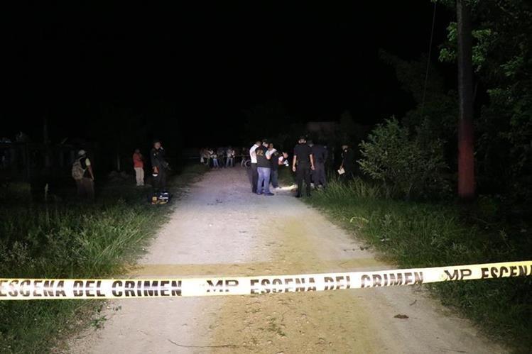 Fiscales del MP en el lugar donde ocurrió el crimen en un camino de terracería de Poptún, Petén. (Foto Prensa Libre: Rigoberto Escobar)
