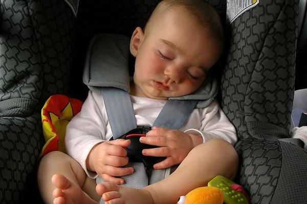 <p>Sistema Aneiros alerta a los padres a no olvidar al bebé en el automóvil</p>