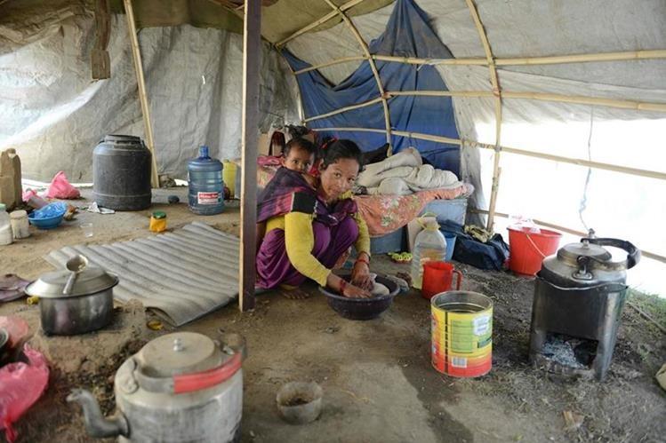 La sobreviviente Menuka Rokaya sigue viviendo en una carpa a un año del terremoto de Nepal. (Foto Prensa Libre: AFP)