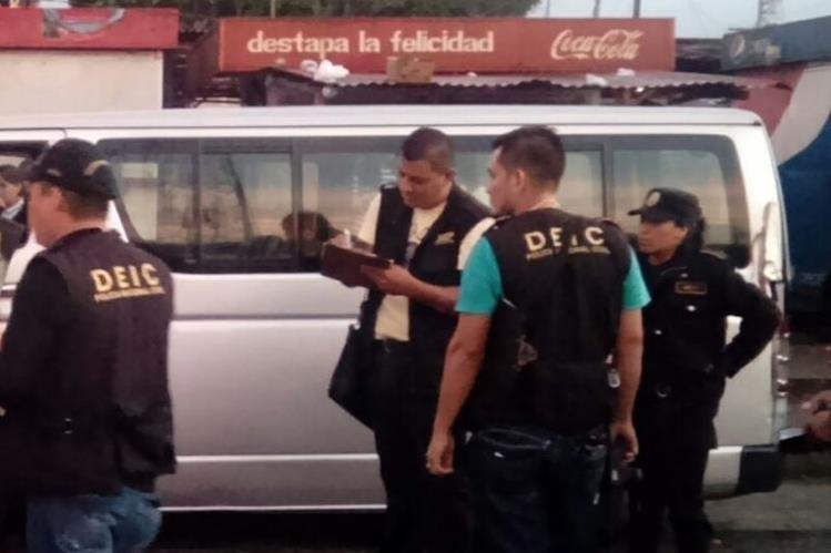 Agentes de la PNC resguardan microbús en el que murió atacado a balazos un piloto, en Colomba, Quetzaltenango. (Foto Prensa Libre: Cortesía)