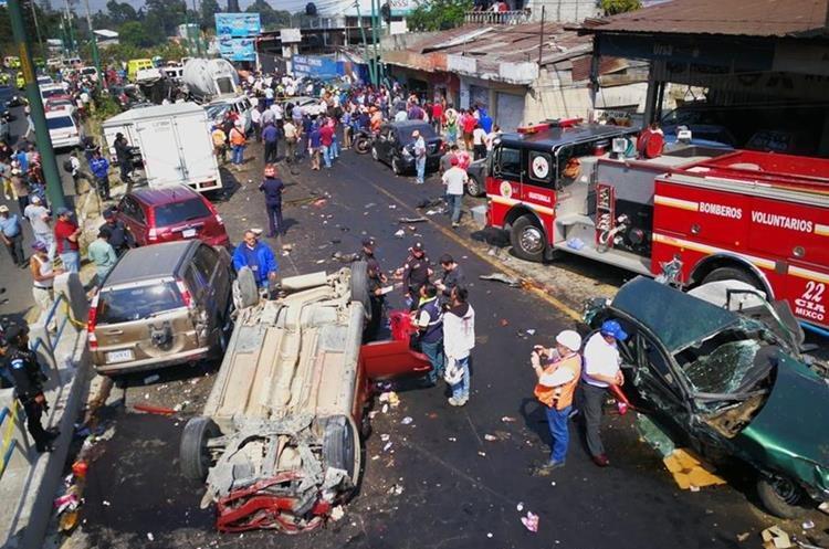 Peatones y automovilistas observan el choque colectivo