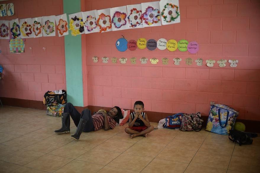 Residentes observan la tormenta desde una escuela a donde fueron trasladados.(Foto Prensa Libre: AFP)