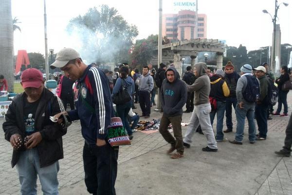 """<p>Maestros de varios departamentos llegaron en autobuses a la plaza del Obelisco. (Foto Prensa Libre: É. Ávila)<br _mce_bogus=""""1""""></p>"""