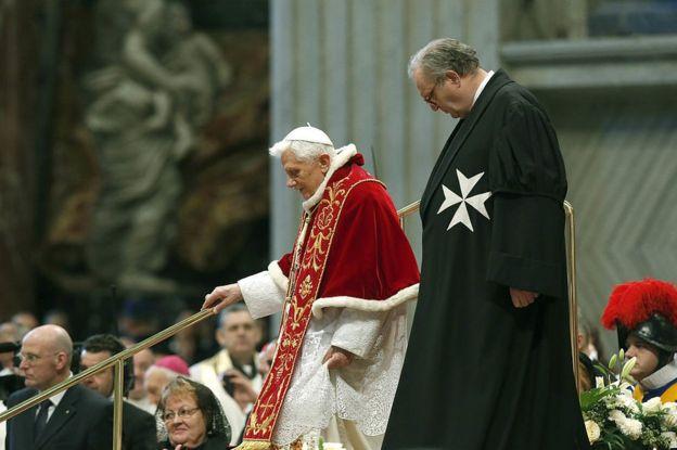 El cargo de gran maestro de la Orden de Malta suele ser vitalicio, pero el británico Matthew Festing (en la foto, junto al anterior papa, Benedicto XVI) tendrá que renunciar a él por petición del papa Francisco. GETTY IMAGES
