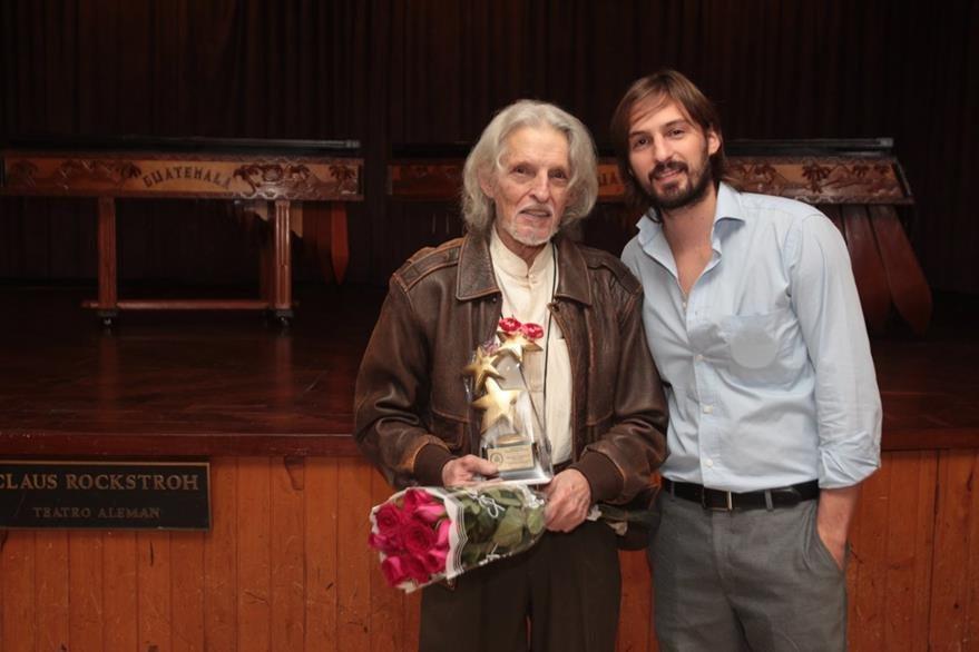 Trofeo de las estrellas, en danza, para el maestro bailarín Richard Devaux. El premio lo entregó su hijo Paul Devaux. (Foto Prensa Libre: Edwin Castro)
