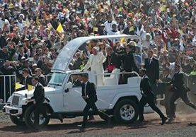 El papa Francisco es saludado a su salida del Centro de Estudios de Ecatepec, donde ofició una multitudinaria misa. (Foto Prensa Libre: AFP).