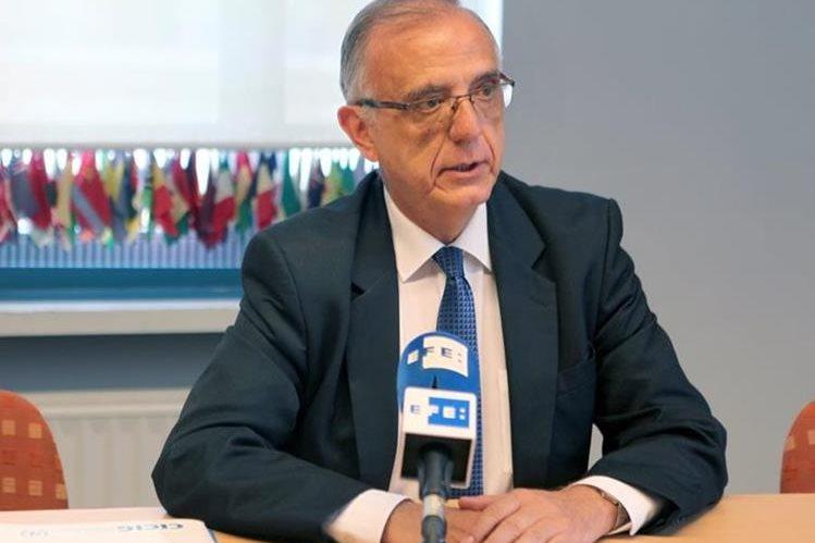 El titular de la Cicig, Iván Velásquez, habla con periodistas en Bruselas, Bélgica. (Foto Prensa Libre: EFE)