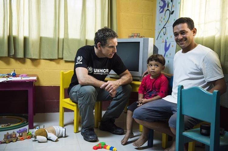 Ben Stiller conoció a varias familias en el refugio Casa del Migrante, ubicado en Santa Elena Flores, Guatemala. Aquí las personas reciben información sobre sus derechos en el viaje al norte.(Foto Prensa Libre: UNHCR/Michael Muller).