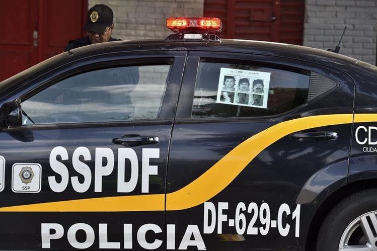 """Vehículos policiales portan información sobre """"el Chapo"""", para facilitar recaptura. (Foto Prensa Libre: AP)"""