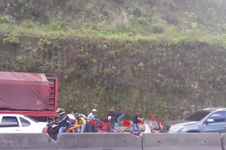 Transeúntes roban mercadería de un camión que se accidentó en km 24 carretera al Pacífico. (Foto Prensa Libre: Pampichi News)