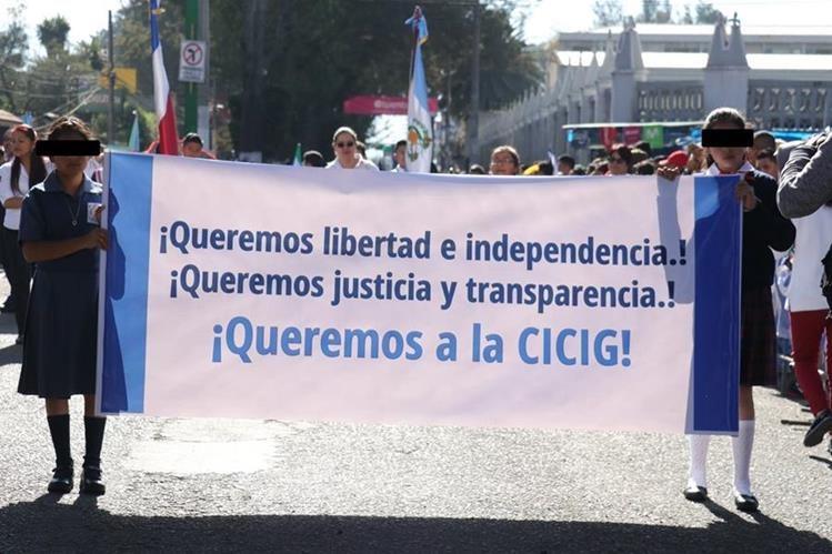 Todos las escuelas oficiales primaria que desfilaron el pasado 7 llevaron una pancarta con un mensaje a favor de Cicig. (Foto Prensa Libre: Hemeroteca PL)<br />