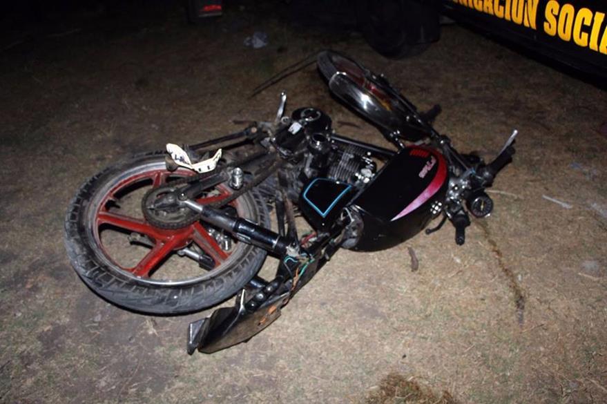 Motocicleta queda con daños severos luego de accidente en San Pedro Pinula, Jalapa. (Foto Prensa Libre: PNC)