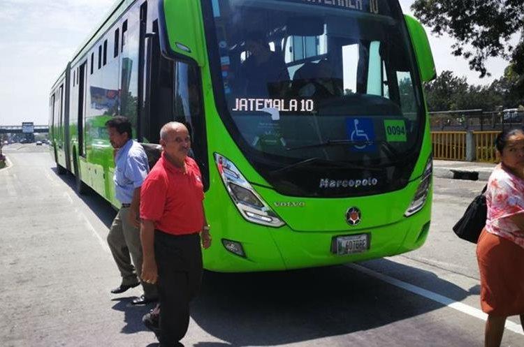 Usuarios tuvieron que bajar de las unidades del Transmetro a inmediaciones de la avenida Aguilar Batres.