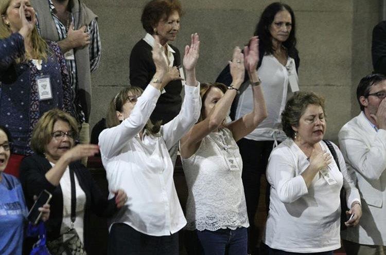 Un grupo de guatemaltecos a favor del mandatario Morales, interrumpía la sesión del Congreso.