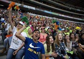 Jóvenes gritan eufóricos mientras el papa Francisco ofrece su discurso. (Foto Prensa Libre: AFP).