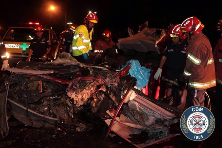 Bomberos trabajan para extraer el cuerpo de la víctima. (Foto: @bomberosmuni)