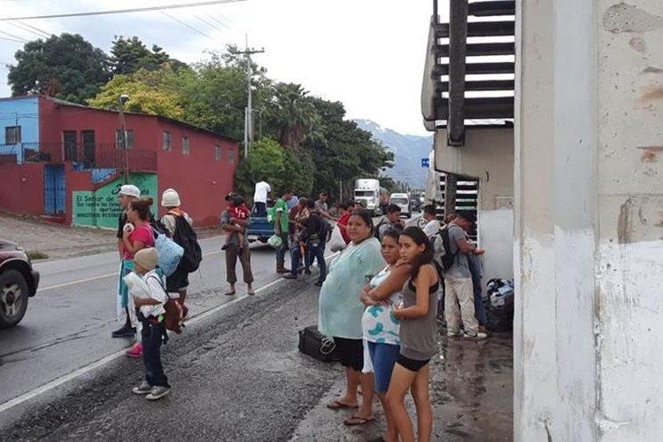 Migrantes hondureños esperan que algún transportista les dé jalón hacia la Ciudad de Guatemala, para continuar su viaje a Tecún Umán, San Marcos. (Foto Prensa Libre: Mario Morales)