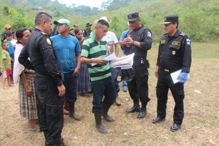 Invasores dialogan con agentes de la PNC en El Tamarindo Dos, San Luis, Petén. (Foto Prensa Libre: Manuel Romero)