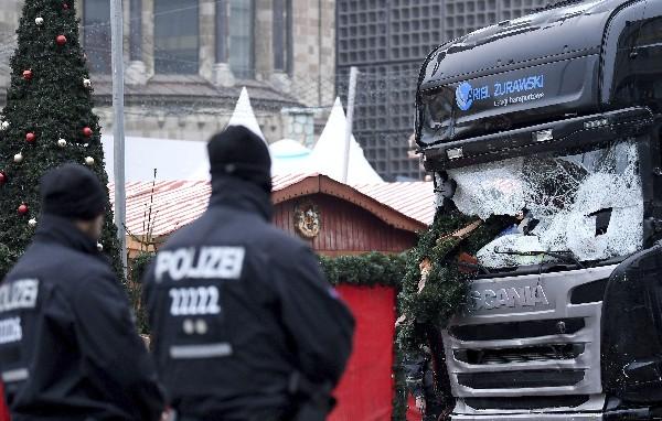 El camión que arrolló a los visitantes de un mercadillo navideño, donde murieron 12 personas.(EFE).