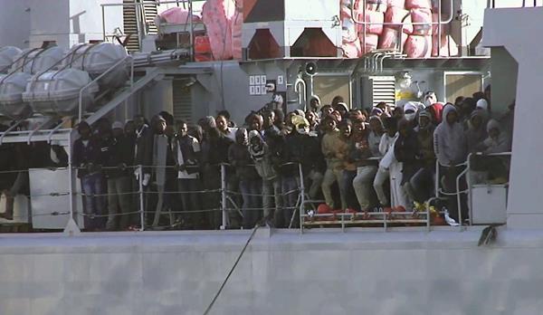 Un barco con varios inmigrantes llega al puerto italiano de Messina después de una operación de rescate. (Foto Prensa Libre:AFP)