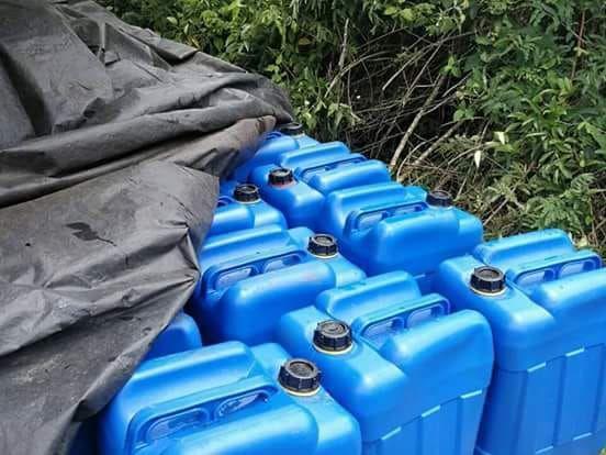 Varios recipientes con combustible fueron localizados junto a la avioneta. (Foto Prensa Libre:)