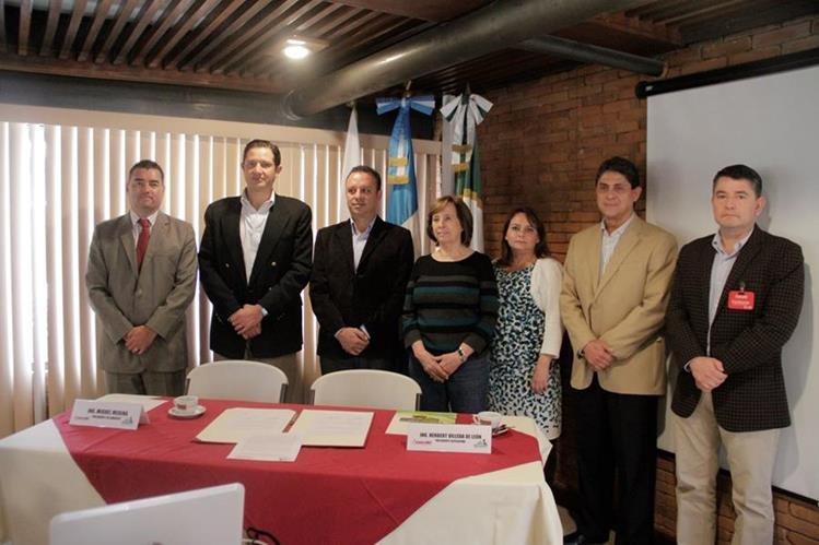 Directivos de Anacafé y Agrequima firman alianza para capacitar a caficultores en el uso de agro químicos. (Foto Prensa Libre: Cortesía Anacafé)