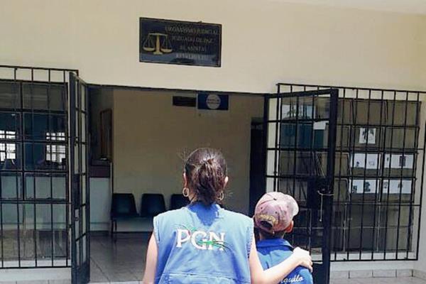 El niño es recibido en el Juzgado de Paz de El Asintal, Retalhuleu, luego de haber sido rescatado por personal de la PGN. (Foto Prensa Libre: Rolando Miranda)